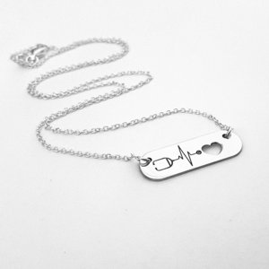 Lantisor cu pandantiv placuta personalizata cu stetoscop si inima decupata- Argint 925