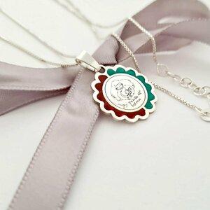 Lantisor personalizat decorat cu email - Pandantiv sub forma de floare - Gravura Imbratisare mama si fiu cu text