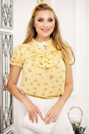 Bluză galbenă cu jabou și broșă decorativă