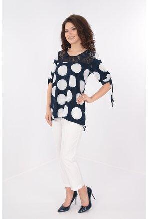 Costum bluza bleumarin cu buline albe si pantaloni albi