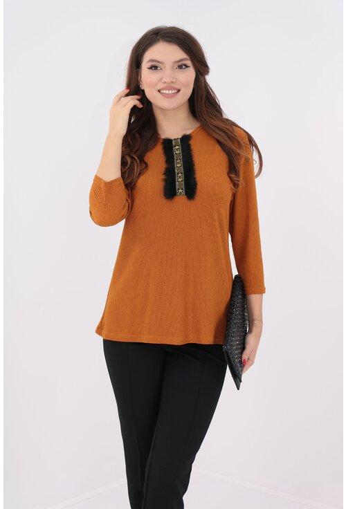 Costum bluza camel si pantaloni negri